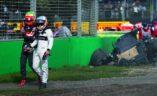 Povređeni Fernando Alonso napušta olupinu bolida, VN Australije.